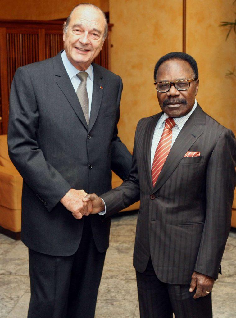 Le président français Jacques Chirac serrant la main de son homologue gabonais Omar Bongo Ondimba, en février 2007 à Cannes.
