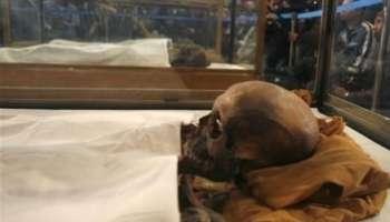 La momie du pharaon Akhenaton, le père de Toutankhamon, lors d'une conférence de presse au Caire.