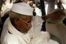L'ex-président tchadien Hissène Habré quitte le tribunal de Dakar escorté par des gardes, le 25