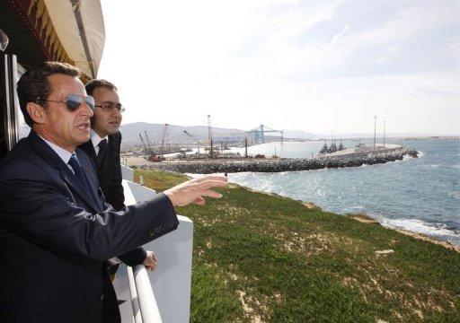 Au Maroc, Sarkozy célèbre le TGV «made in France» et les réformes du roi. Ici aux côtés de Karim Ghellab, alors ministre du Transport.