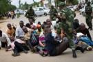 F. Mutomb (C), responsable de l'opposition, molesté par l'armée à Lubumbashi le 14 décembre.