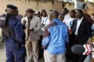 Des militants d'Étienne Tshisekedi interpellent un policier à Kinshasa, le 20 janvier 2012.