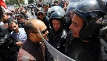 Un manifestant face à des policiers, à Tunis le 9 avril 2012.