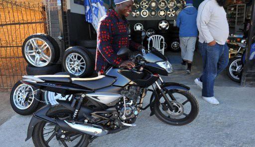 afrique du sud une entreprise indienne veut faire monter moto les noirs des townships. Black Bedroom Furniture Sets. Home Design Ideas