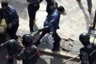 Des policiers empêchent des protestataires de passer, le 16 novembre à Amman.