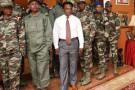 Blaz Design (au c.) a dessiné les tenues de l'armée camerounaise.
