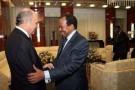 Laurent Fabius et Paul Biya se serrent la main à Yaoundé, le 15 mars 2013.