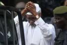 L'ancien dirigeant tchadien Hissène Habré, escorté par des militaires à Dakar le 2 juillet 2013.