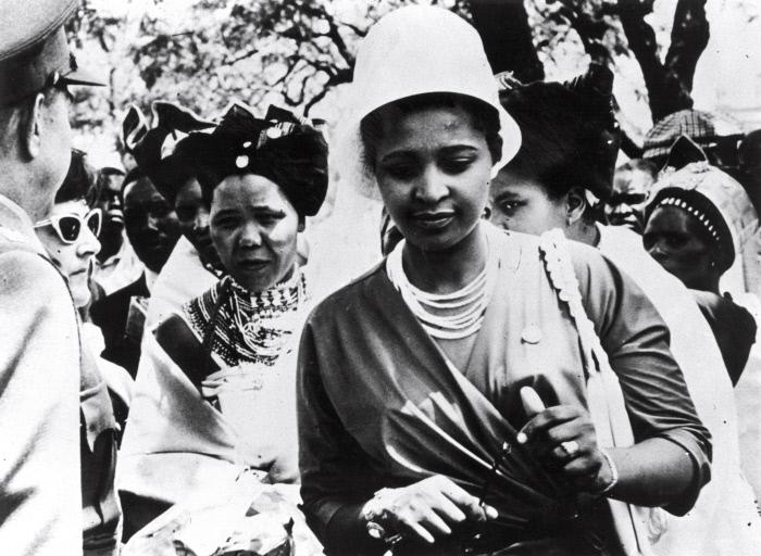 Winnie Mandela pendant le procés de Rivonia, à la sortie du tribunal de Prétoria, le 29 octobre 1963.