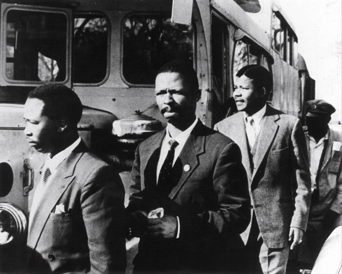 """Mandela arrive au palais de justice de Johannesburg, le 19 decembre 1956, pour y être jugé pour """"haute trahison""""."""