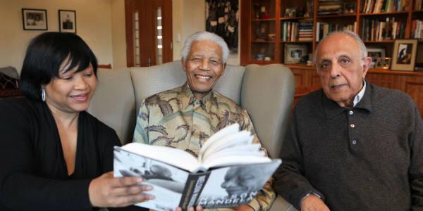 Nelson Mandela avec sa fille Zindzi (g.) et Ahmed Kathrada, qui fut prisonnier politique avec lui, le 11 octobre 2010, dans les locaux de la Fondation Mandela, à Johannesburg.