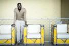 Ousmane Mbaye au milieu de ses Fauteuils Organik (fer et métal brut).