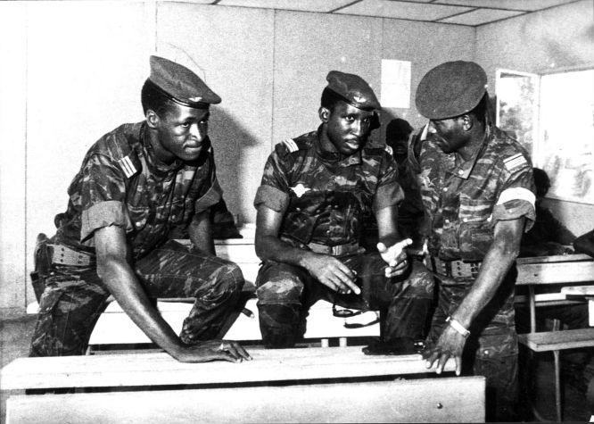 De gauche à droite : Blaise Compaoré, Thomas Sankara et Jean-Baptiste Lingani, le 4 août 1983, jour où Sankara prend le pouvoir