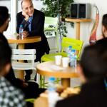 Karim Bernoussi, le PDG d'Intelcia, à Casablanca, organise une fois par mois un « café matin » au cours duquel il rencontre une vingtaine de salariés tirés au sort.