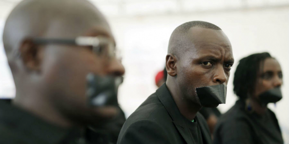 Des journalistes burundais ont protesté, lors de la Journée mondiale de la presse le 3 mai 2015, contre la fermeture d'une station de radio.