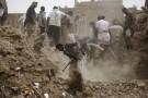 Des Yéménites de Sanaa cherchent des survivants après la destruction des maisons par une frappe aérienne, le 12 juin 2015.