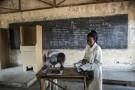 Une membre de la commission électorale (Ceni) enregistre un électeur à Bujumbura, le 28 juin 2015.