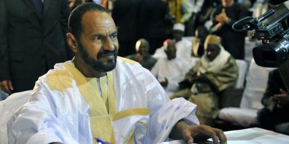 Sidi Brahim Ould Sidati, représentant de la Coordination des mouvements de l'Azawad, signant l'accord de paix d'Alger au Mali, le 20 juin 2015.