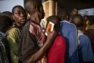 Des Burundais font la queue devant un bureau de vote à Bujumbura, le 29 juin 2015.