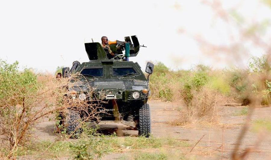 Un soldat nigérien patrouille dans le nord de Borno près de Maiduguri, au Nigeria, fief des islamistes de Boko Haram, le 5 juin 2015.