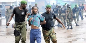 Un manifestant arrêté le 28 septembre 2009 à Conakry.