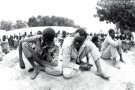 Prisonniers de guerre dans la cour de la maison d'arrêt de N'Djamena,  en août 1983.