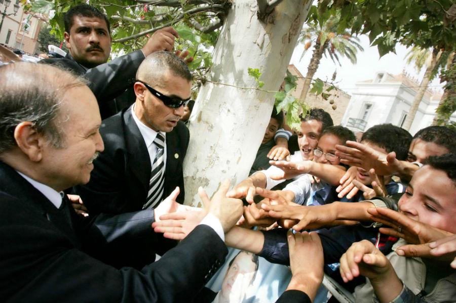 Le président Bouteflika saluant la foule lors d'une visite à Tlemcen, le 12 octobre 2008.