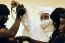 L'ancien président tchadien Hissène Habré est escorté par ses gardiens de prison dans la salle du tribunal à Dakar pour son procès le 20 juillet 2015.
