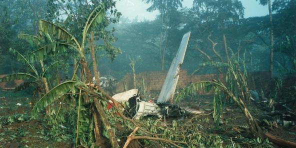 Les débris du Falcon 50 de Juvénal Habyarimana, dans l'enceinte de sa résidence.