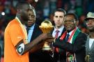 Teodoro Obiang Nguema, le président équato-guinéen, et Yaya Touré, capitaine des Éléphants de Côte d'Ivoire, vainqueurs de la CAN 2015, au stade de Bata, le 8 février.