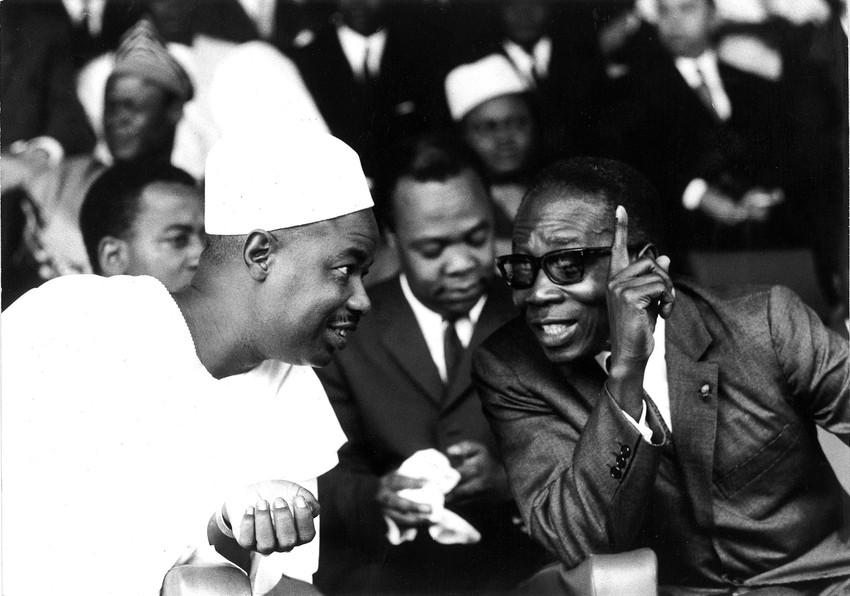 Léopold Sédar Senghor s'entretient avec Ahmadou Ahidjo, président du Cameroun, le 10 janvier 1970, Yaoundé, Cameroun.