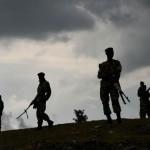Des soldats patrouillent près de Bujumbura, le 5 juin dernier, à proximité de la résidence d'un membre du CNDD-FDD incendiée par des manifestants
