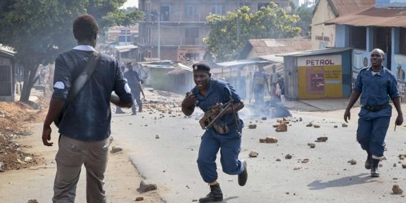 Heurts entre manifestants et policiers, le 10 juin 2015 à Buyenzi, dans la banlieue de Bujumbura.