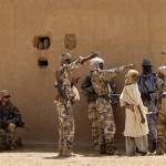 Des agents des forces spéciales maliennes, accompagnés de soldats français, en mission, en 2013.