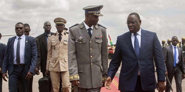 Gilbert Diendéré accueille le président en exercice de la Cedeao, Macky Sall, le 18 septembre 2015, à l'aéroport de Ouagadougou.