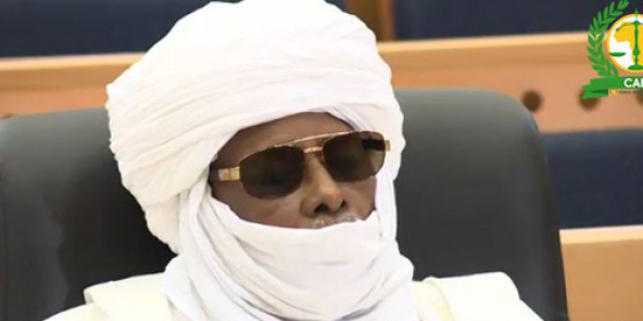 Hissène Habré fermant les yeux à son procès pendant le témoignage de Bandoum Bandjim, le 23 septembre 2015 à Dakar.