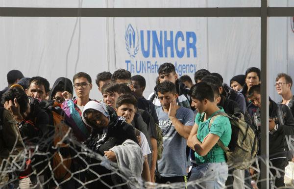 Des migrants en Macédoine, attendant le train pour la Serbie, le 2 octobre 2015
