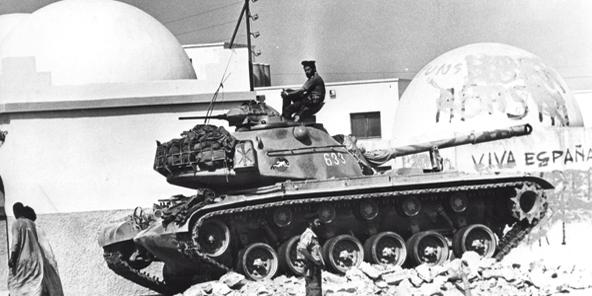 Laayoune, le 4 novembre 1975. Des soldats espagnols attendent les marcheurs