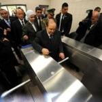 Le président Bouteflika et ses gardes du corps, lors de l'inauguration du métro d'Alger.