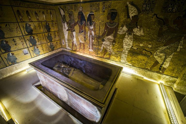 Le sarcophage doré du roi Toutankhamon dans sa chambre funéraire de la Vallée des Rois près de Louxor.
