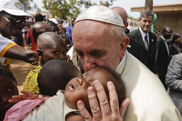 Le pape François embrasse un enfant dans un camp de réfugiés en Centrafrique, le 29 novembre 2015.