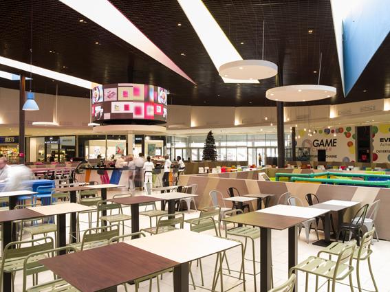 Le Food Court, espace central qui regroupe l'espace restauration.