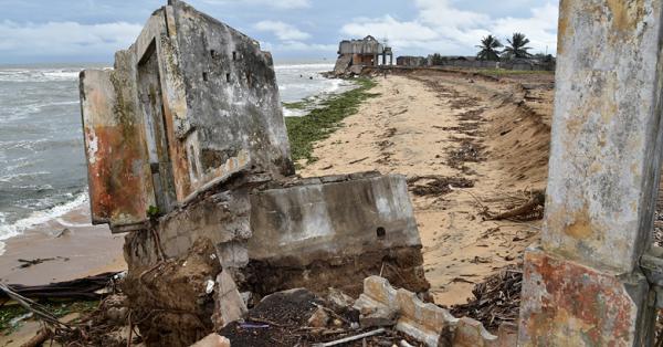 Les ruines de la sous-préfecture sur le rivage de la lagune de Grand-Lahou, le 15 octobre 2015.