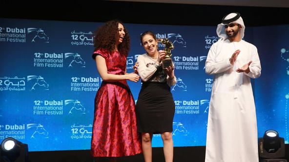 Leyla Bouzid (au centre) reçoit le prix Muhr lors de la cérémonie de clôture du festival du film international de Dubaï, le 16 décembre 2015
