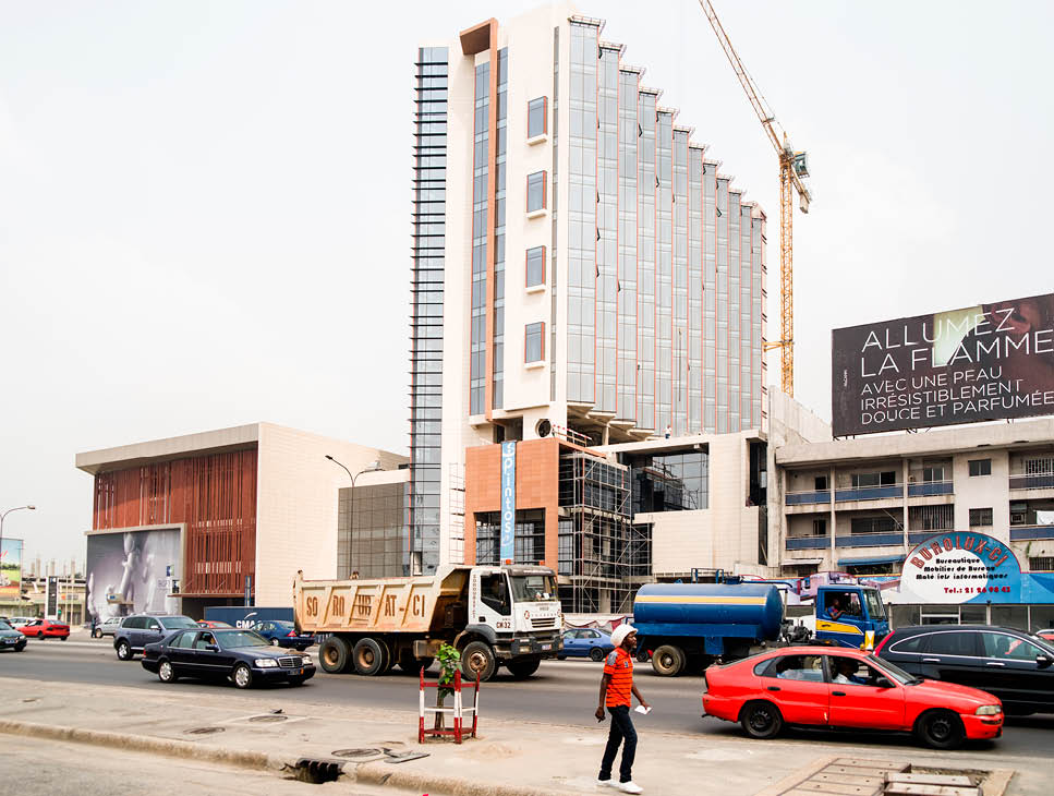 Ci-contre, le chantier de l'hôtel Azalaï, dans la commune de Marcory.