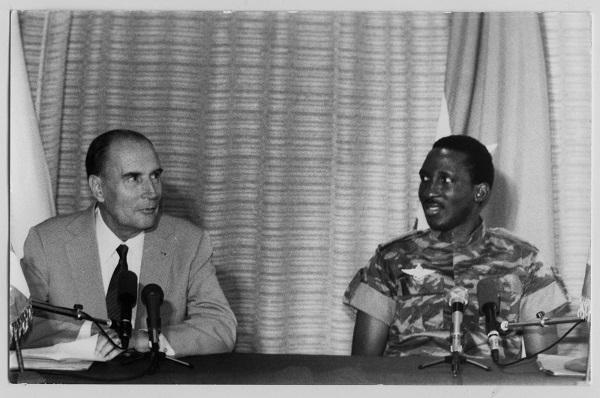 François Mitterrand et Thomas Sankara lors d'une conférence de presse à Ouagadougou le 18 novembre 1986.