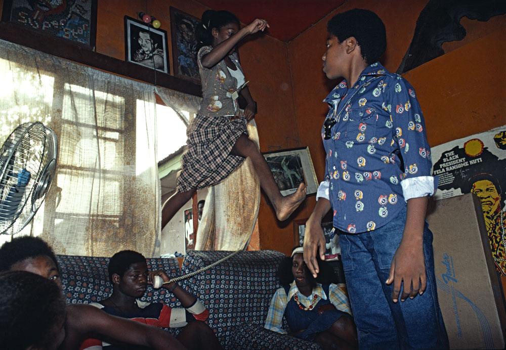 Dans la maison du musicien Fela à Lagos en 1977. Bruno Barbey / Magnum Photos