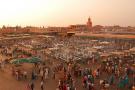 Vue de la place Jemaa el-Fna de Marrakech, au Maroc.