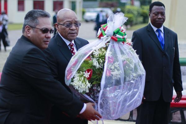 Jacob Zuma, le président sud-africain, rend hommage à Melchior Ndadaye, premier chef de l'État burundais, le 25 février 2016 à Bujumbura.