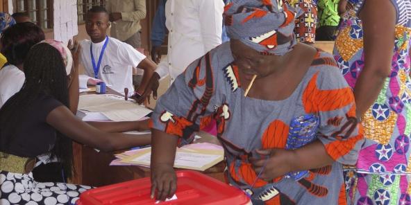 Une Béninoise vote à Seme Podji, dimanche 6 mars 2016.